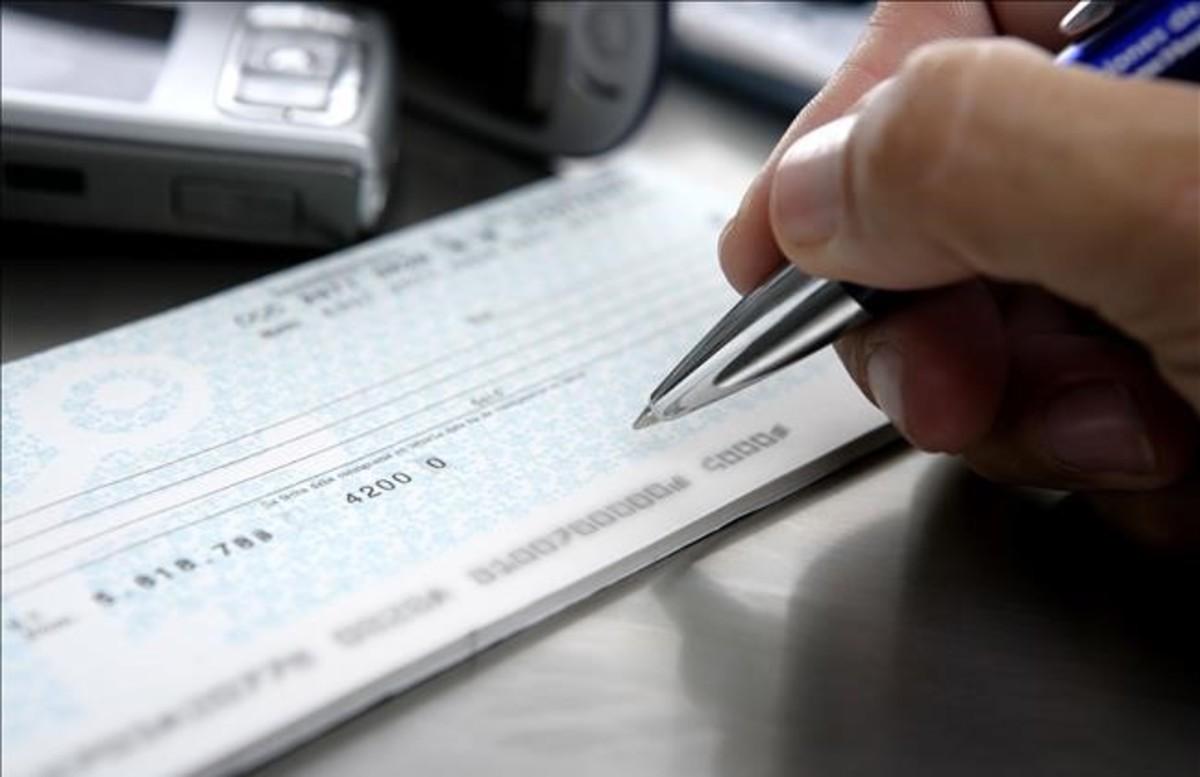 Firma de un cheque en una entidad bancaria.