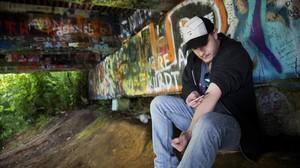 Un hombre se inyecta heroína bajo un puente del ríoWishkah, junto al parque MemorialKurt Cobain, en Aberdeen (Washington).