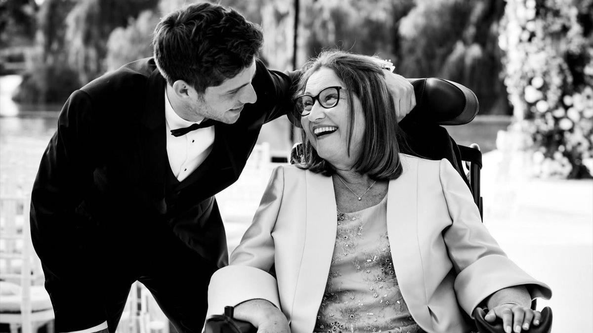 Fotografiia del Twitter de Sergi Robertocon su madre que padece ELA