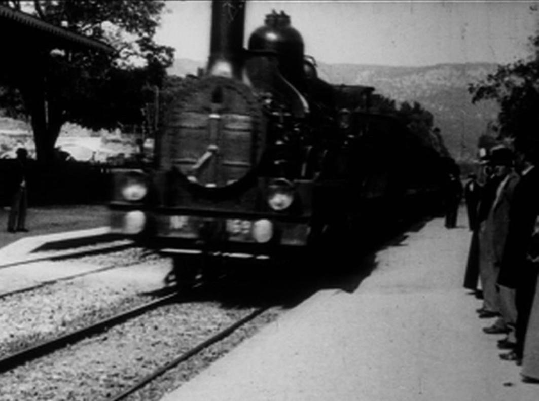 Fotograma de película de los Lumière La llegada de un tren a La Ciotat, dela exposición Arte y cine. 120 años de intercambios, en CaixaForum.