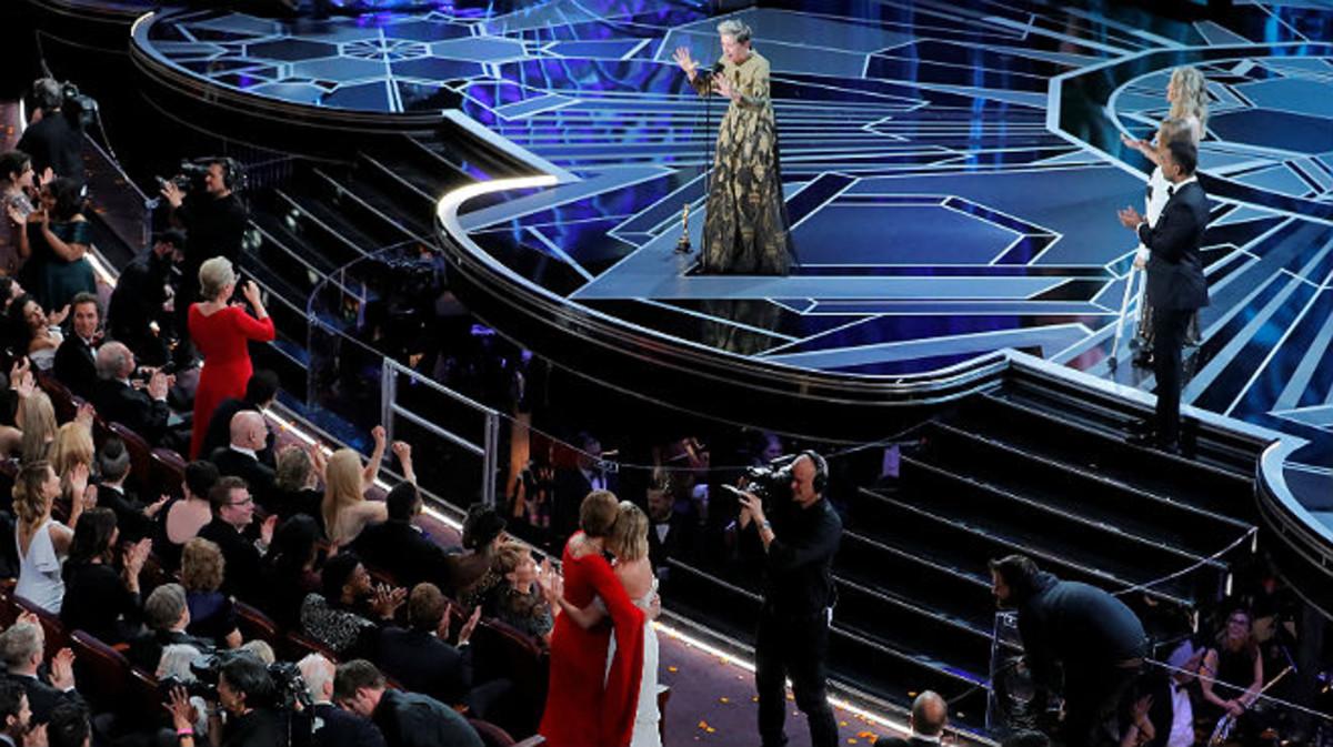 Frances McDormand hace poner en pie a las mujeres nominadas.