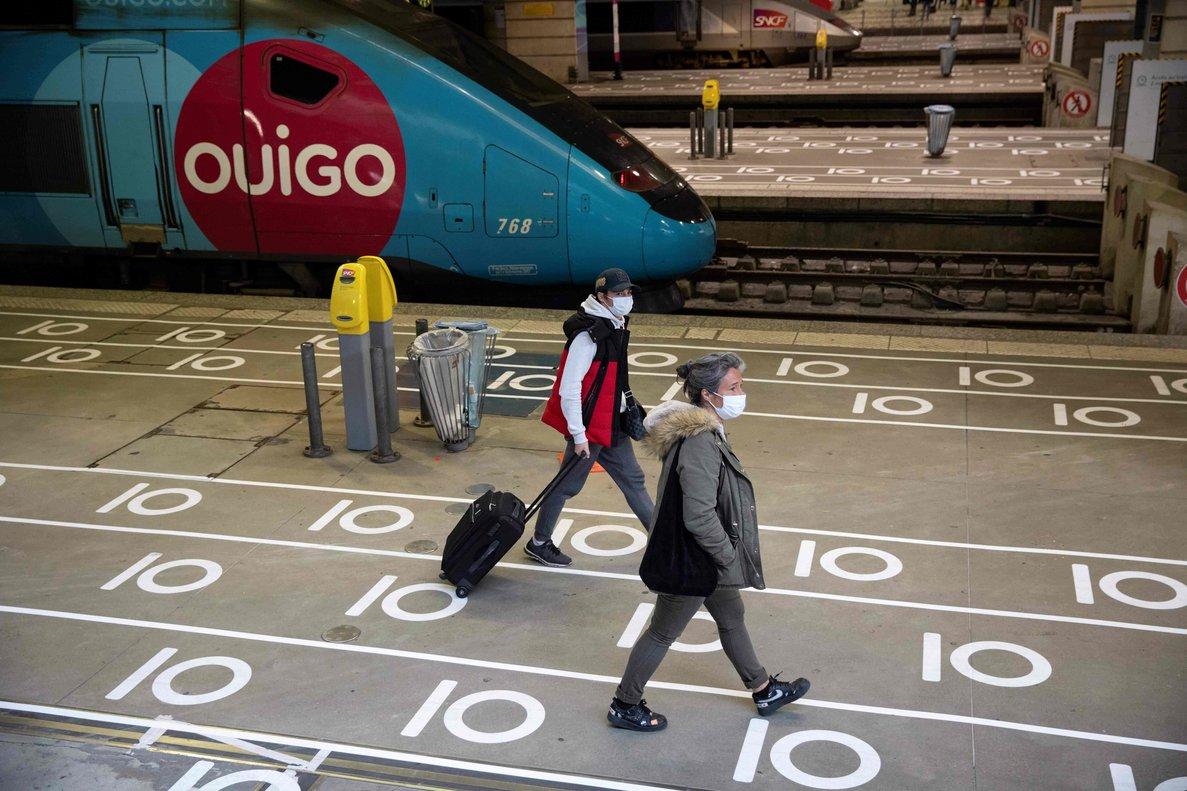 Pasajeros a su llegada a la estación de tren Gare Montparnasse de París, el pasado 12 de mayo.