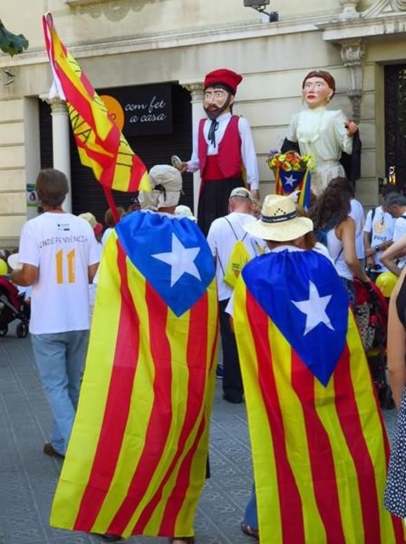 Gegants entre los participantes a la manifestación de la Diada en Barcelona, horas antes del inicio de esta.