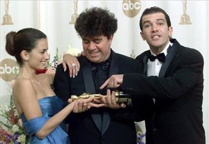 Cruz, Almodóvar y Banderas recogiendo el Oscar por 'Todo sobre mi madre'. ¿Se repetirá la escena?