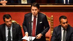 Giuseppe Conte, entre Salvini y Di Maio, este martes en el Senado.