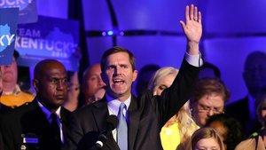 El gobernador electo de Kentucky, el demócrata Andy Beshear, celebra la victoria con sus simpatizantes.