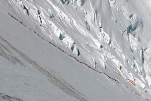 Larga hilera de alpinistas en el Everest en el 2012. .