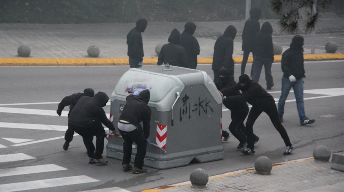 Estudiantes de la UAB cortan el acceso al campus para exigir la rebaja de las tasas