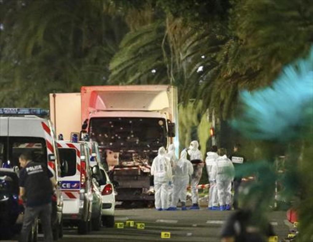 Un grupo de forenses examinan el camión del atentado de Niza.