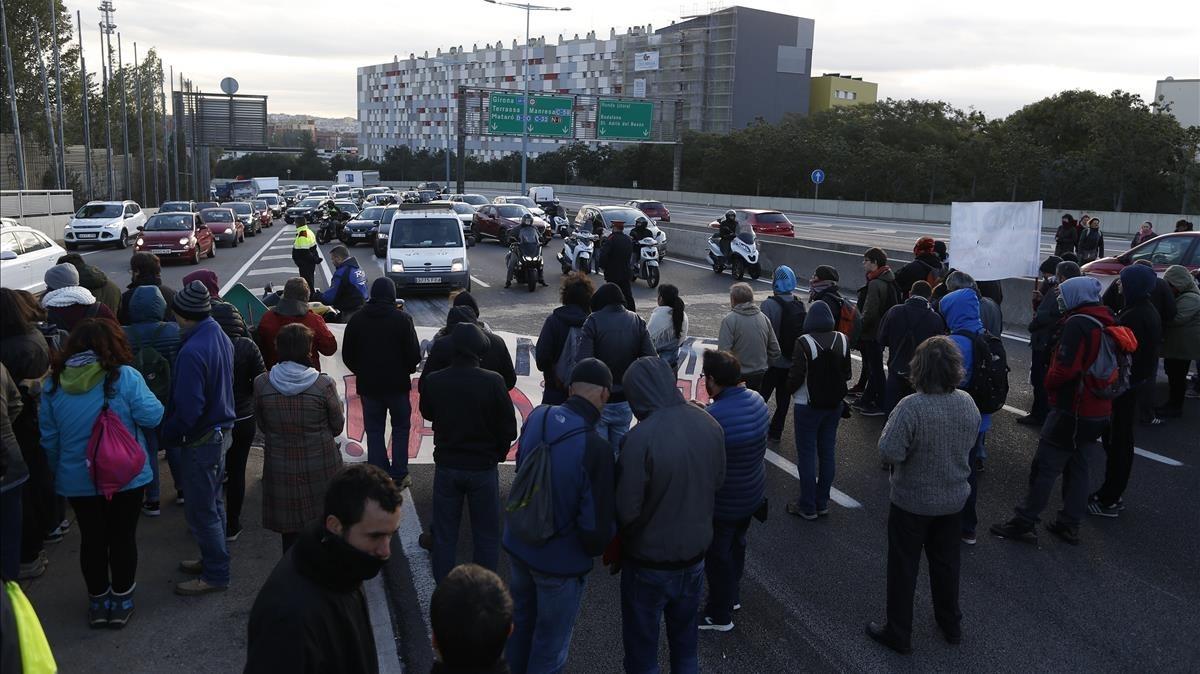 Un grupo de manifestantes corta el tráfico en el nudo de La Trinidad.