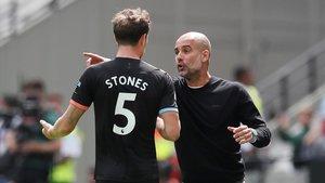 Guardiola da instrucciones a Stones.