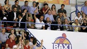 Guardiola saluda a los aficionados del Nou Congost tras ser aclamado.