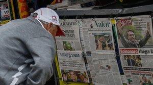 Un hombre lee en la prensa noticias sobre la victoria de Bolsonaro.