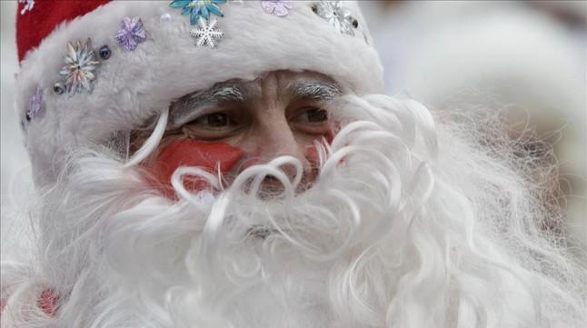 Un hombre vestido de Ded Moroz, el Papa Noel de las exrepúblicas soviéticas, durante una procesión navideña celebrada en Krasnodar (Rusia).