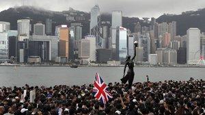 Una manifestantes enarbola una bandera británica en una de las protestas en Hong Kong el pasado 9 de agosto.