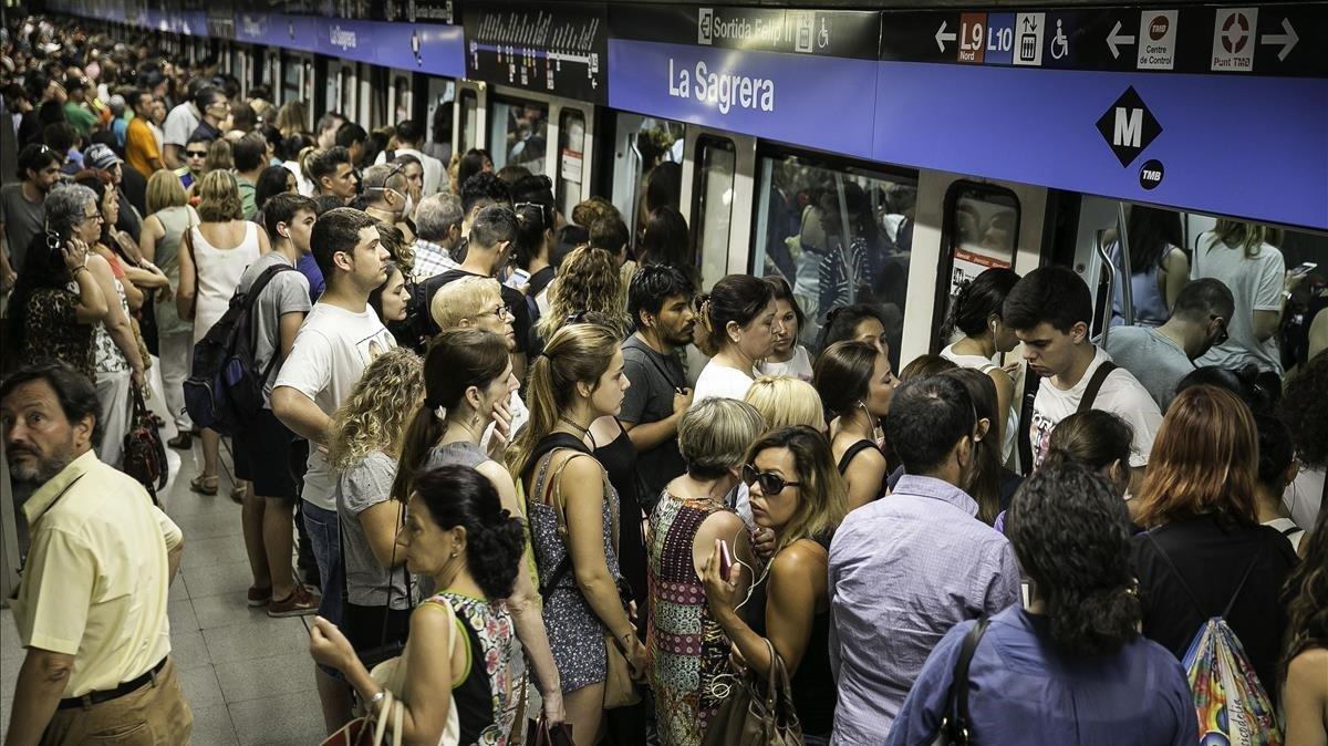 La estación de la Sagrera, atestada de usuarios durante los servicios mínimos en una huelga de metro, en julio del 2017.