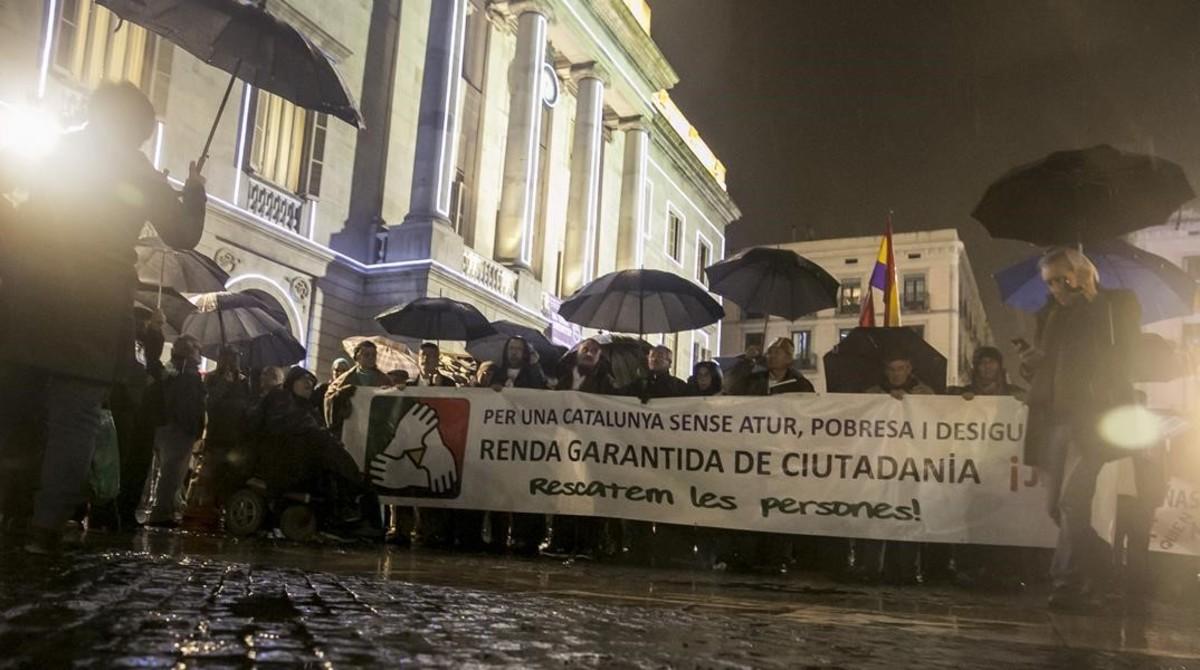 Manifestación para exigir la renta garantizada, en la plaza de Sant Jaume de Barcelona, el pasado diciembre.