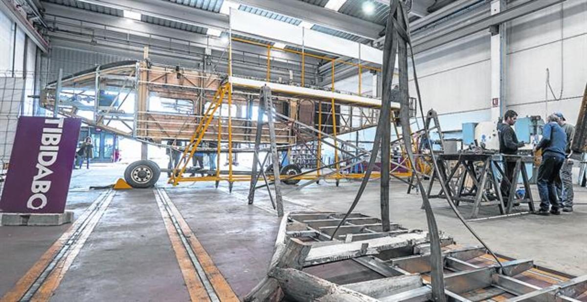 Imagen del avión del Tibidabo en el taller de restauración.