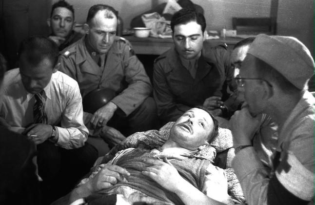 Imagen del interrogatorio por parte de los aliados del comandante nazi de Mauthausen, Franz Ziereis, en Gusen, en mayo de 1945.