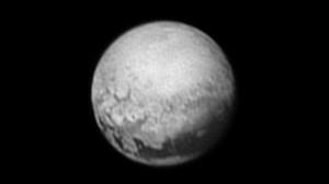 Imagen de Plutón captada por la nave New Horizons desde una distancia de unos cinco millones de kilómetros. En la foto se empiezan a observar algunos rasgos de la superficie del planeta enano.