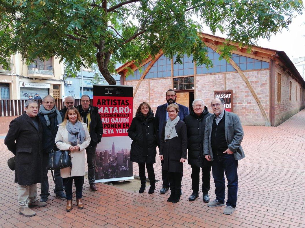 El alcalde de Mataró, David Bote, junto con el publicista, Lluís Bassat, y cinco de los siete artistas mataronenses que expondrán en Nueva York.