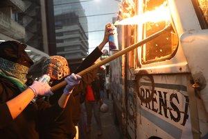 La protesta contra la violencia de género alcanzó a las propiedades del diario La Prensa por publicar imágenes de una joven asesinada.