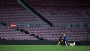Iniesta, en el centro del césped del Camp Nou.