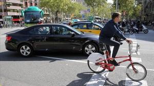 Un Uber y untaxi este miércoles en Barcelona.