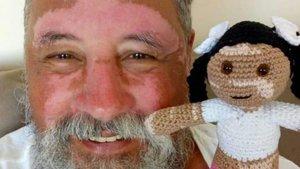 João Stanganelli Junior, el abuelo brasileño que teje muñecas con vitíligo.