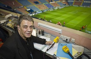 Joaquim Maria Puyal, momentos antes de la retransmisión de un partido, en el estadio Ciudad de Valencia.