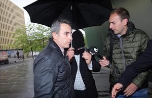 Benítez llega encapuchado a los juzgados, la mañana de este jueves.
