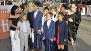 Angelina Jolie llega junto a sus seis hijos y algunos amigos a la proyeccion del filmeFirst They Killed My Father alFestival de Cine de Toronto.