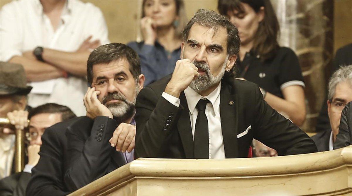 Jordi Sànchez y Jordi Cuixart, en el pleno en el Parlament del 10 de octubre del 2017.
