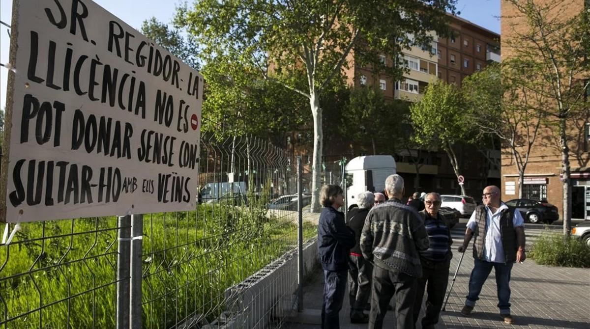 Vecinos de El Besòs i el Maresme protestan contra la edificación de la gasolinera entre las calles del Maresme y Veneçuela, el pasado jueves