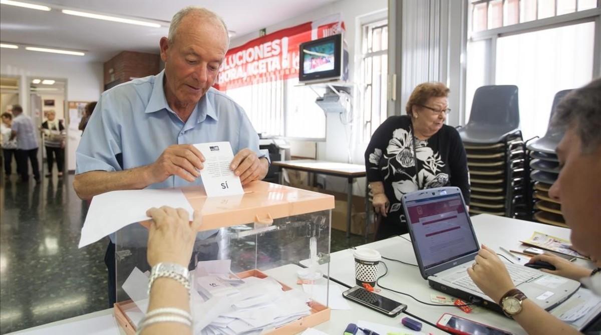 Un militante del PSC de Badalona vota para decidir si echan a la alcaldesa.