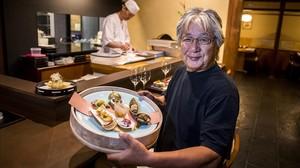 Yoshizumi Yamashita,propietario del restaurante Yashima, muestra una de las propuestas que componen el menu degustacion Kaiseki.