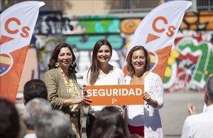 La líder de Cs en Catalunya, Lorena Roldán; junto a Luz Guilarte y Carina Mejías.