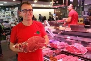 Juan Antonio Ortiz, en su carnicería del mercado de Provençals.