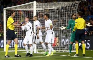 Jugadores del PSG reclaman al árbitro tras señalar el penalti a Luis Suárez que significó el quinto tanto azulgrana.