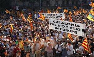 Pancartas y banderas independentistas en la manifestación contra la sentencia del Estatut del 2010.