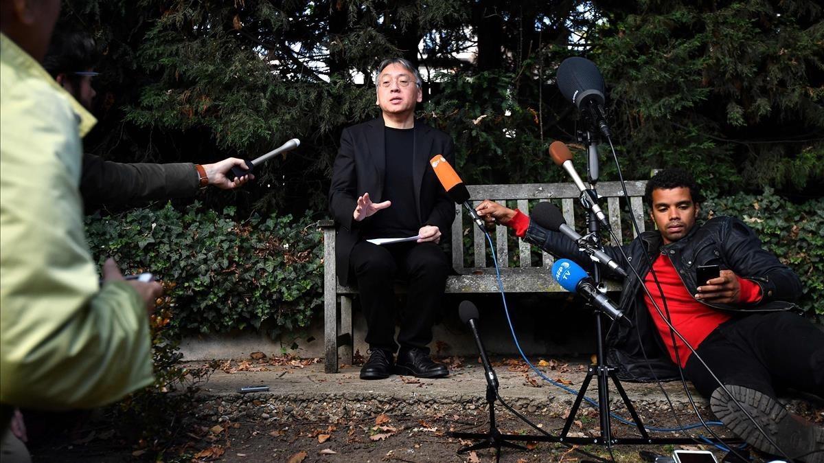 Kazuo Ishiguro, durante la rueda de prensa en la sede de su editorial en Londres, Faber and Faber.