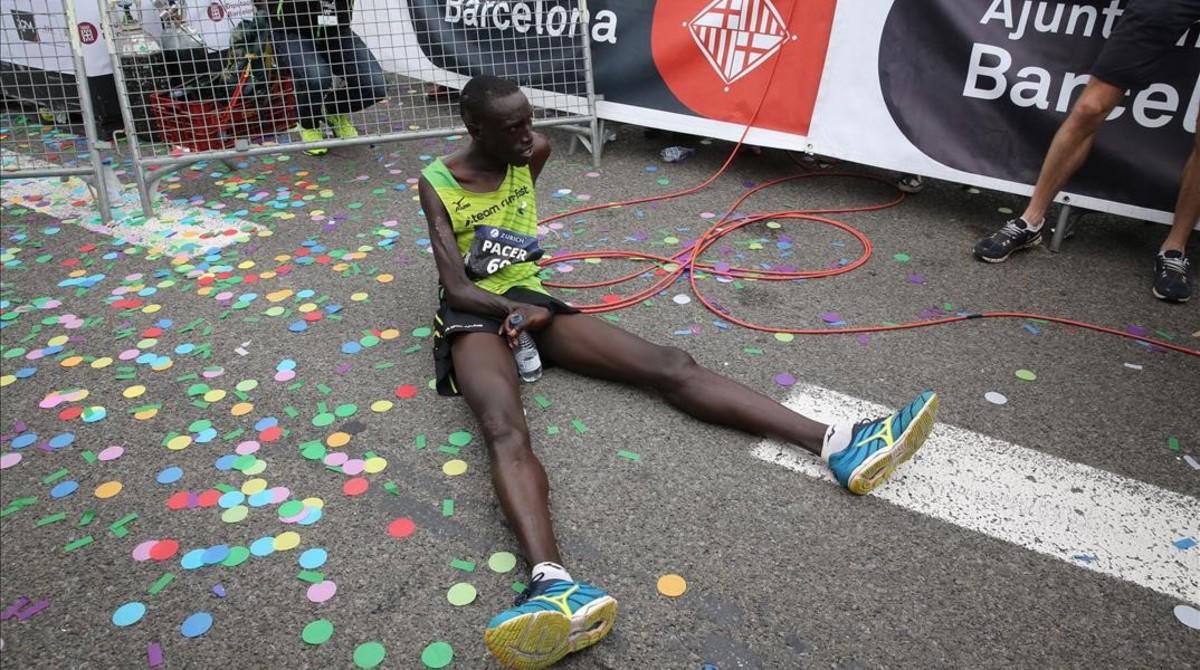 El keniano Jonah Kipkemoi Chesum, exhausto tras llegar vencedor a la meta.