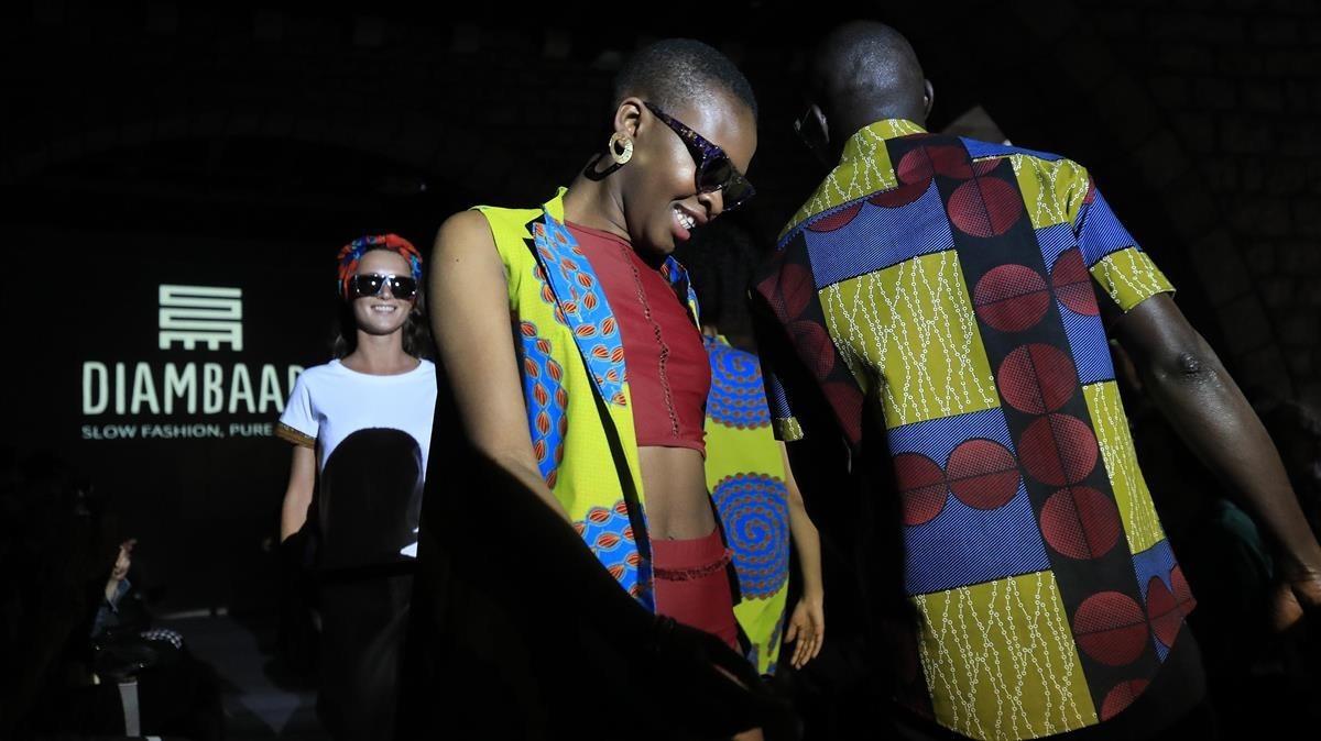 Desfile en el Museu Marès de la marca de ropa Diambaar creada por la cooperativa de vendedores ambulantes Diomcoop.