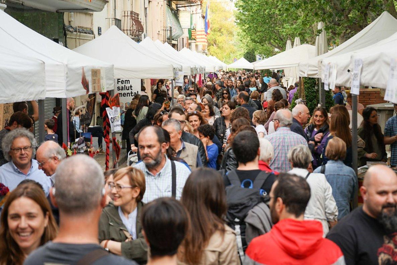 Las calles de Esplugues durante la celebración de la diada de Sant Jordi de 2018