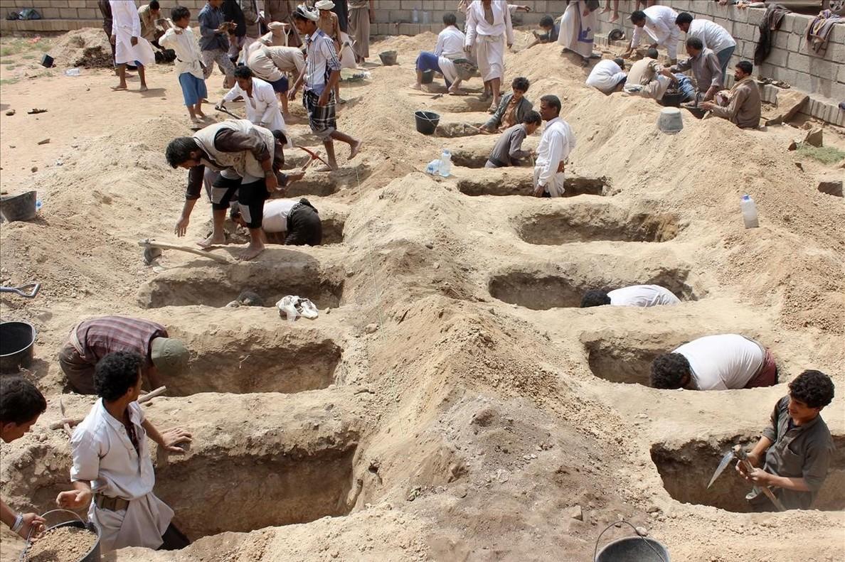 Las familias de los niños fallecidos caban las tumbas para enterrarlos.