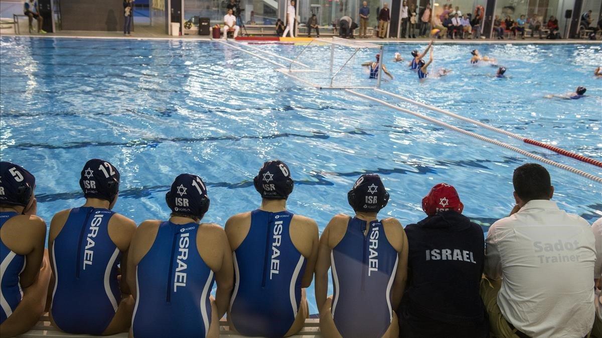 Las suplentes de Israel siguen el partido jugado este martes en el CAR.
