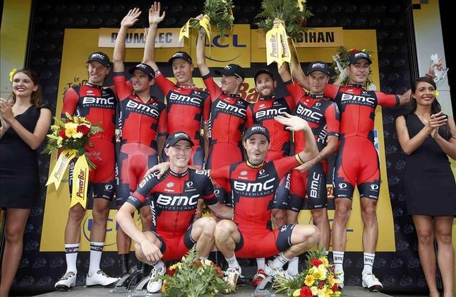 Lequip BMC, amb Samuel Sánchez ajupit a la dreta, al podi com a guanyador de la contrarellotge per equips del Tour.