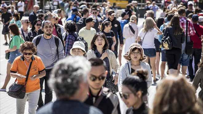 La llegada de turistas bajó en enero un 1,4% pero el gasto medio sube un 2,1%. En la foto, turistas cerca de la Sagrada Família, en Barcelona.