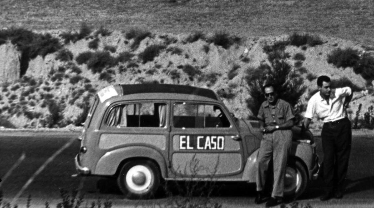Enrique Rubio (izquierda), con su 'Sardineta, un Fiat500.