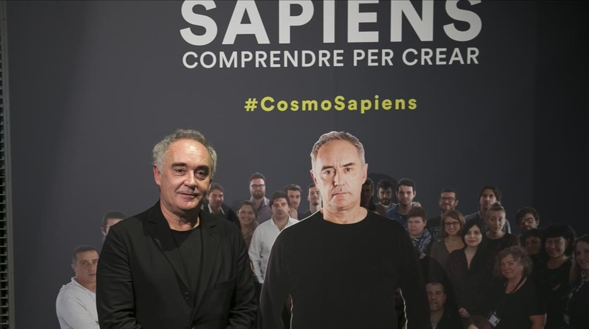 Ferran Adrià, con su réplica, en la entrada de la exposición 'Sapiens. Comprendrepercrear' en CoscoCaixa.